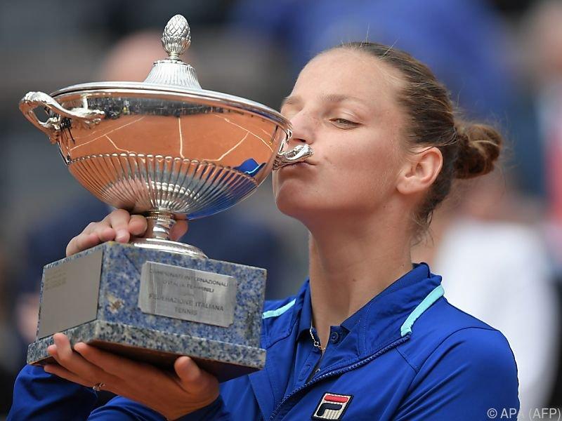 Karolina Pliskova küsst den Siegerpokal
