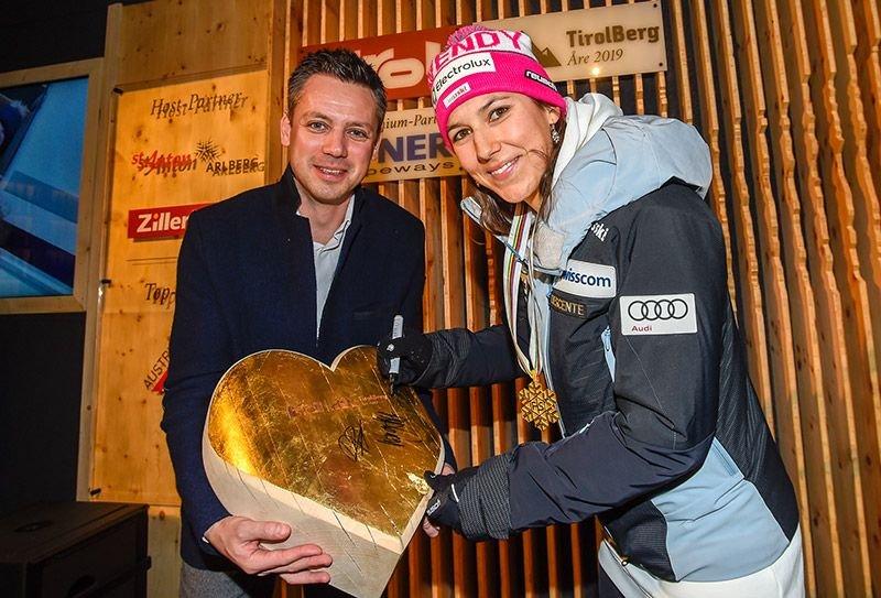 Wendy Holdener signierte – assistiert von Tirol Werbung-Geschäftsführer Florian Phleps – ein goldenes Holzherz