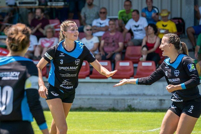 Nußbach Angreiferin Ines Lugerbauer klatscht ein mit Zuspielerin Verena Hieslmair im Europacup-Halbfinale gegen Jona (SUI)