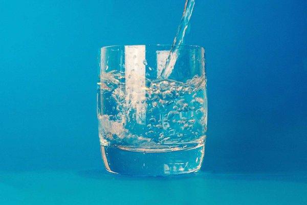 Wasser, um das Flüssigkeitsdefizit nach dem Sport auszugleichen