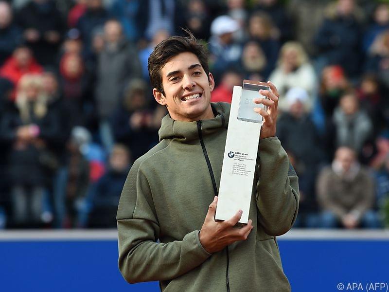 Freude bei Garin über seinen zweiten Siegerpokal