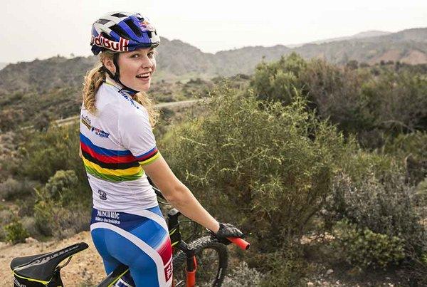 die 18-Jährige setzte sich in ihrem erst zweiten Straßenrennen durch und gewann nach Felix Gall zum zweiten Mal Junioren-WM-Gold für Österreich.