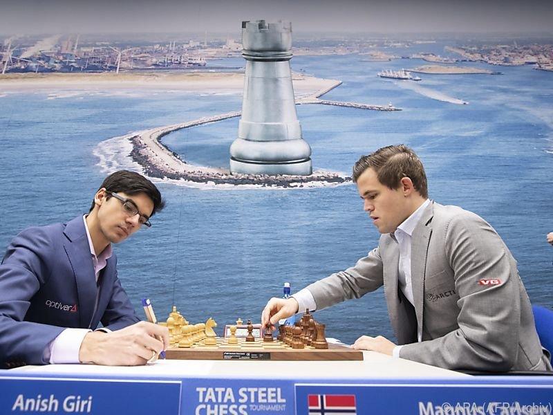 Magnus Carlsen (R) blieb 101 Partien in Folge unbesiegt