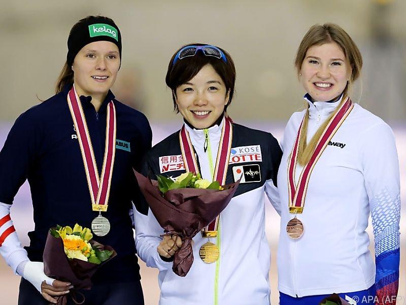 Herzog (li) mit Siegerin Kodaira und Fatkulina