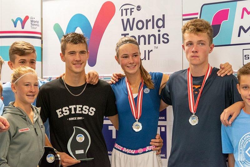 Celine Naef (links) und Aleksandar Tomas (2. links) haben das ITF Junior in Seefeld gewonnen